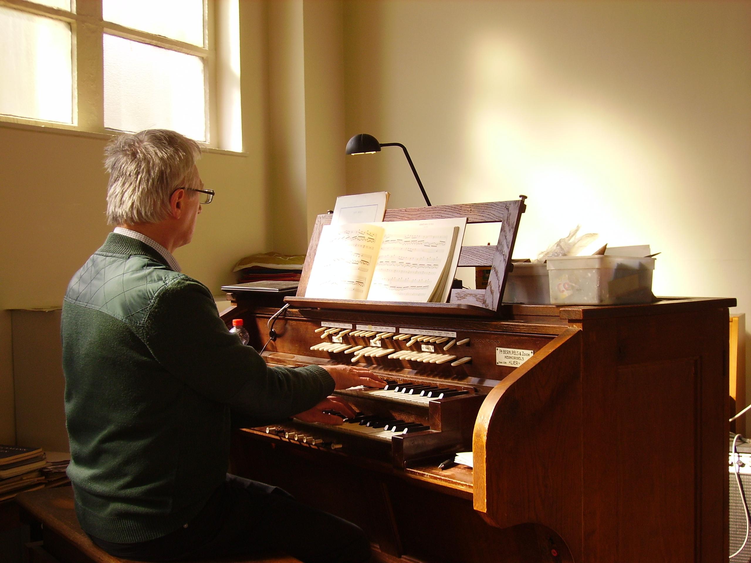Michel Goossens aan het orgel